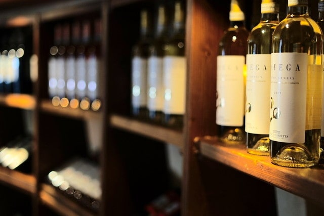 陳列されているワインボトル