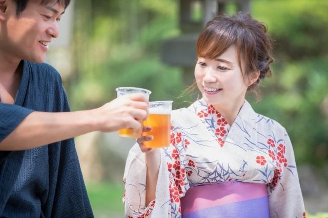 ビールで乾杯をするカップル
