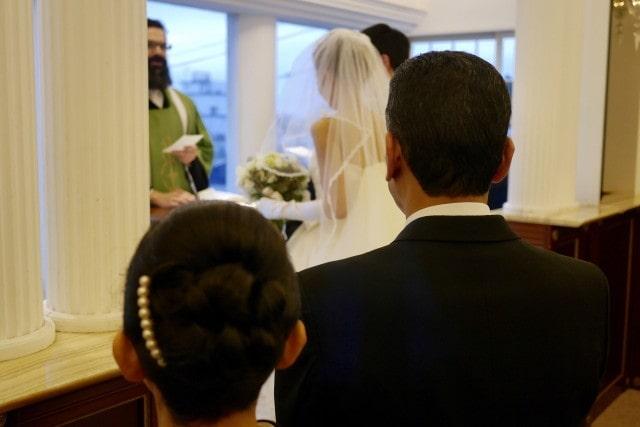 結婚式を見守る両親