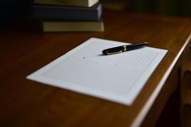原稿用紙とボールペン