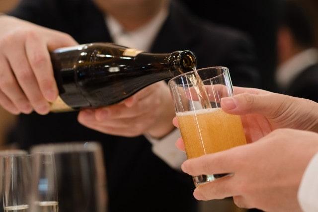 披露宴でビールを注ぐ人