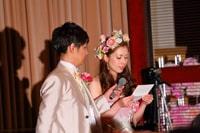 花嫁の手紙でマイクを持つ新郎様と手紙を読む花嫁さま