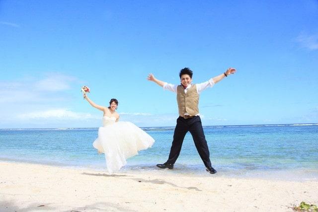 砂浜で前撮りをするカップル
