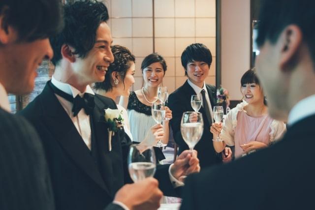 披露宴で笑顔のゲスト