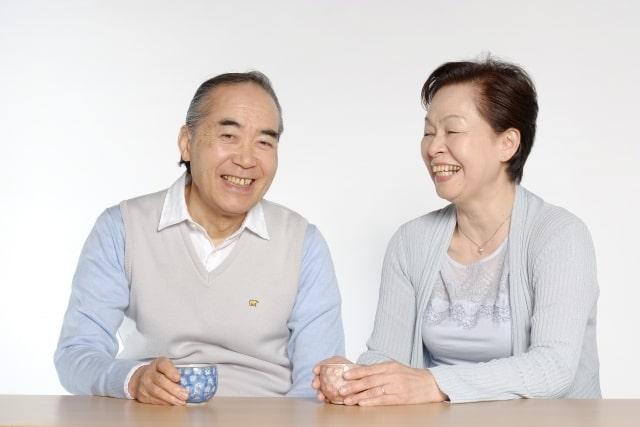 笑顔のご年配の夫婦