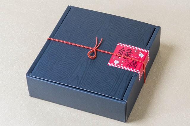 縁起物の熨斗紐付きのパッケージ