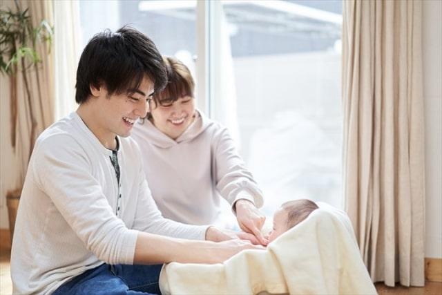 赤ちゃんと若いご夫婦