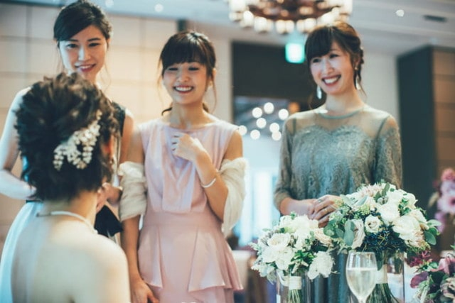 笑顔で花嫁さまと話をする女性のゲスト