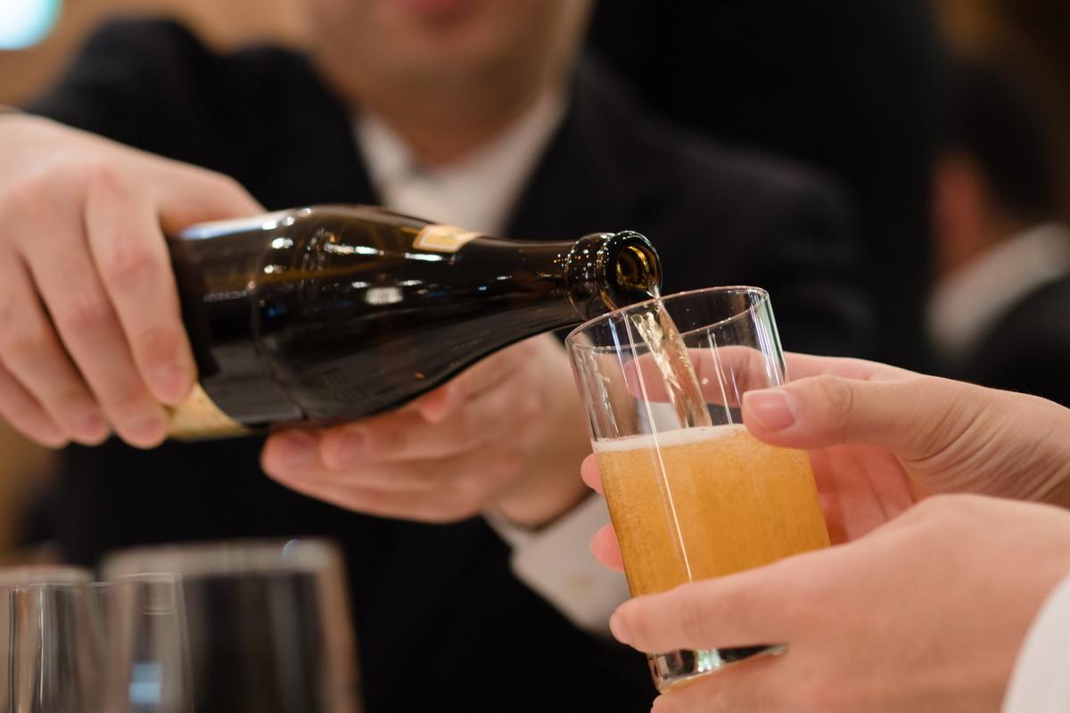披露宴でビールを注ぐのは楽しい