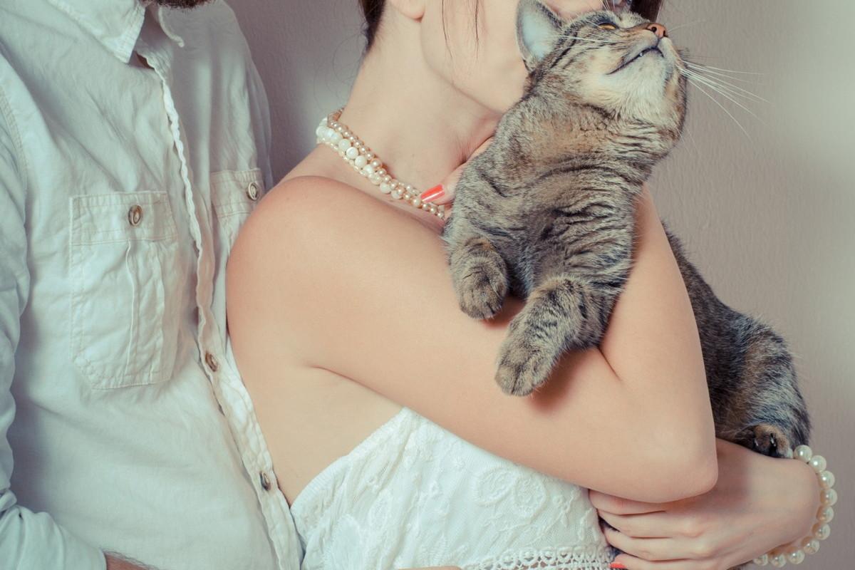 サビ猫を抱く花嫁さま