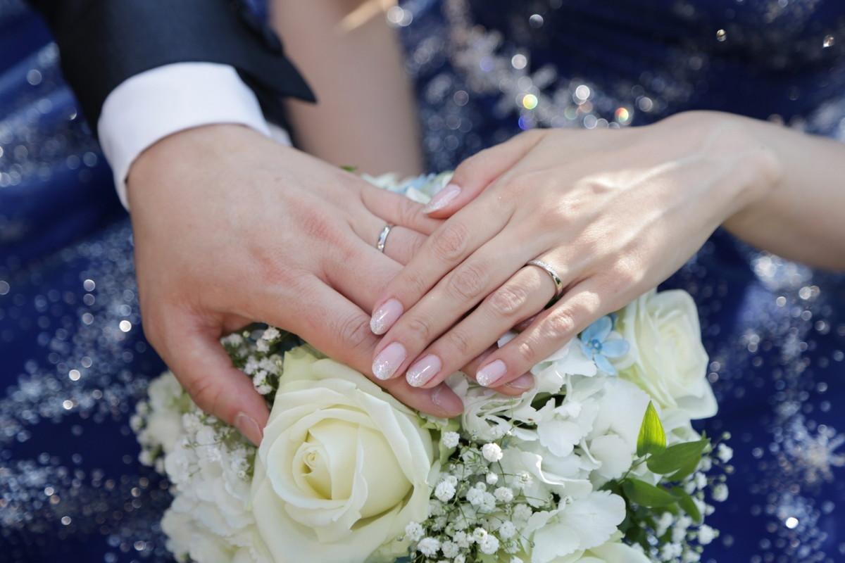 濃紺のウェディングドレスと手を合わせる新郎新婦さま