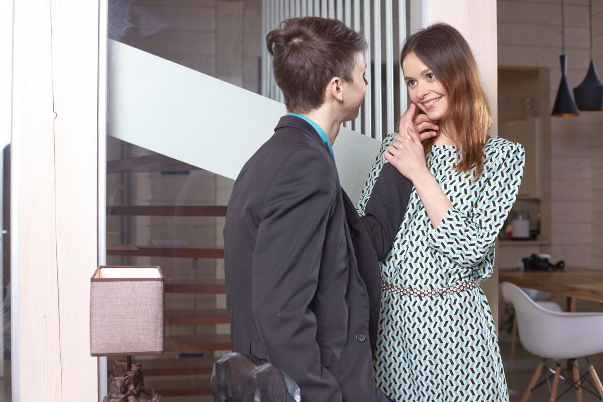 スーツの男性とワンピースの女性
