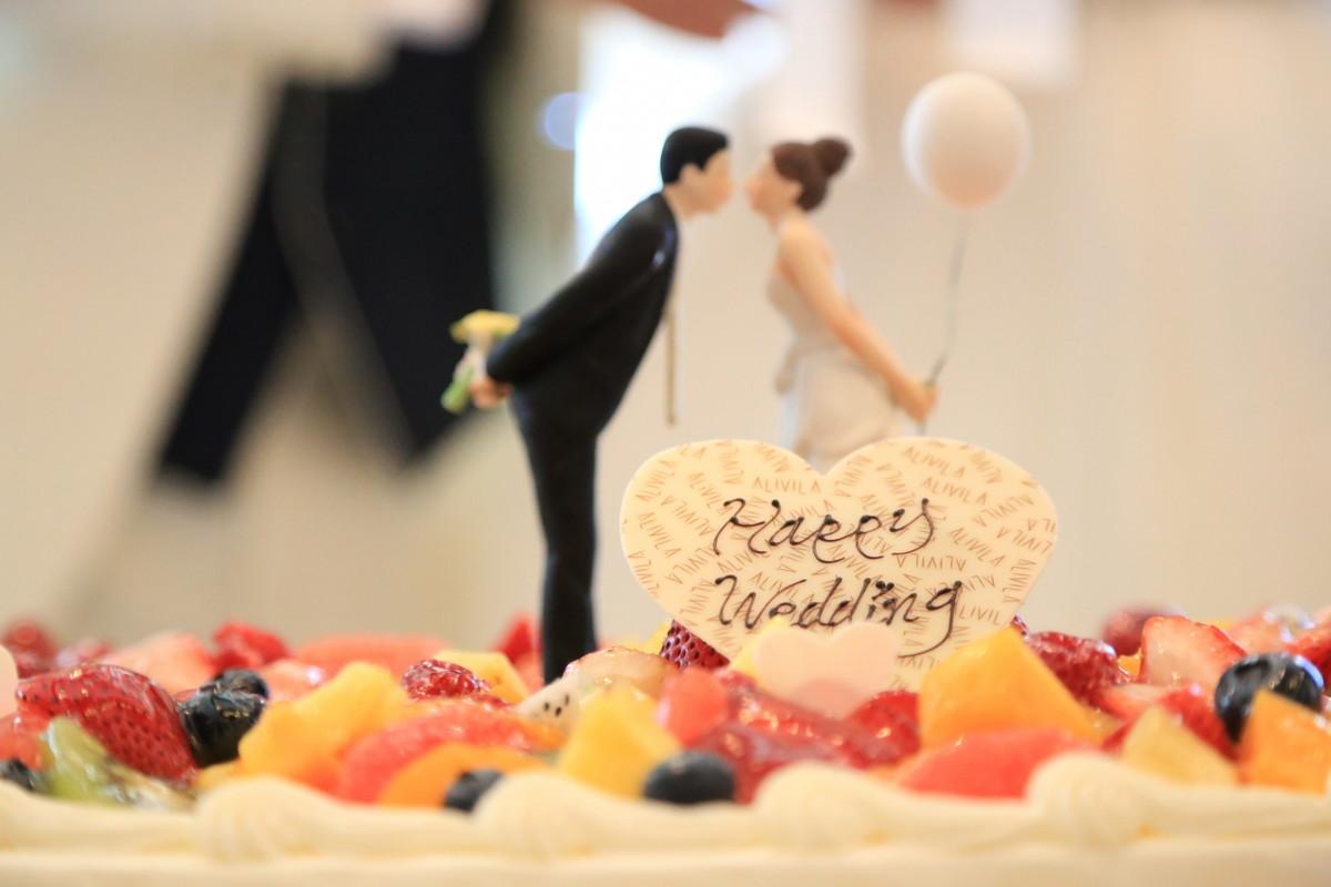 ウェディングケーキのケーキトッパー