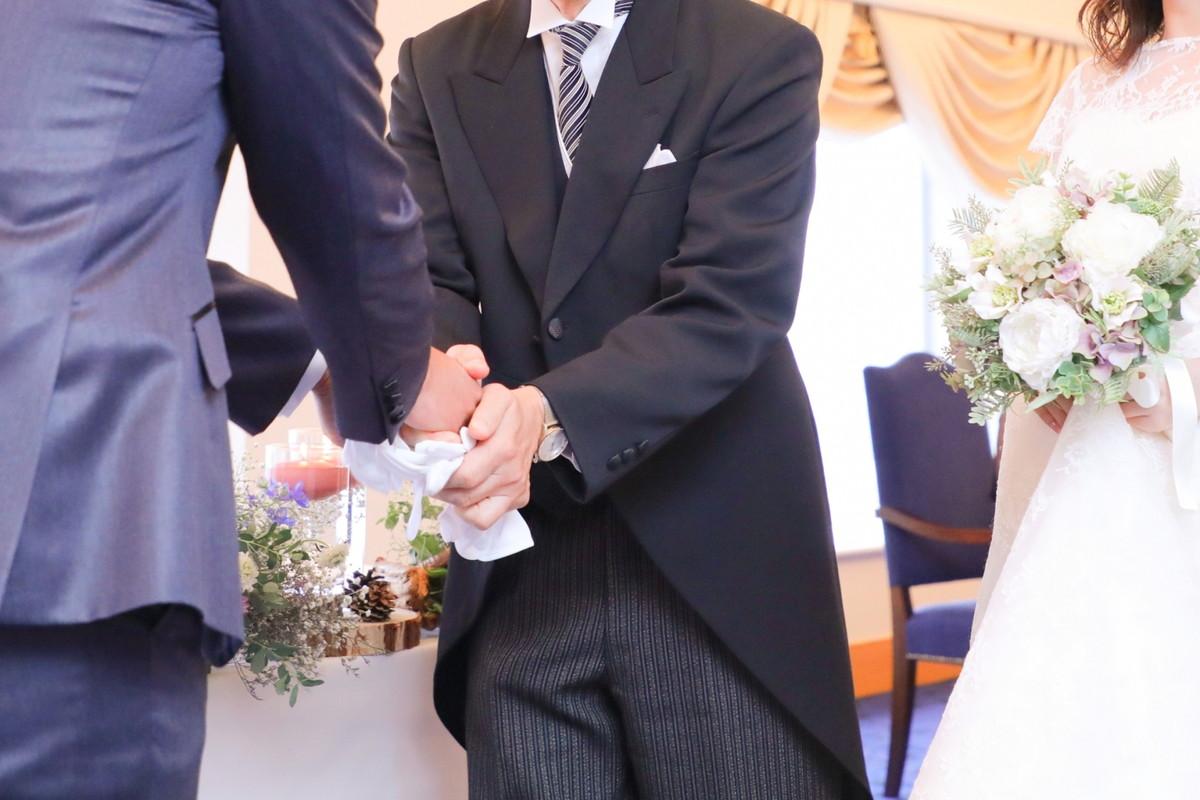 握手をする新郎と花嫁の父