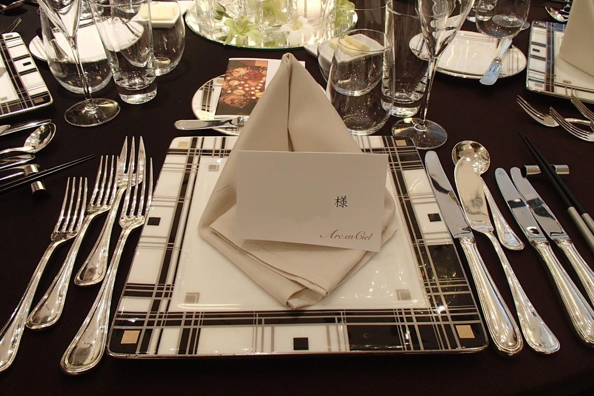 披露宴のゲストテーブルの席札