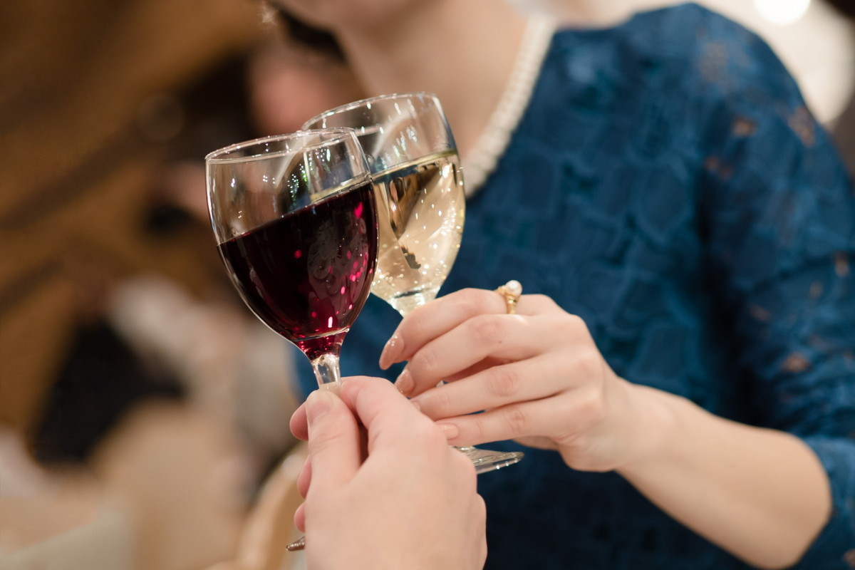 ワイングラスで乾杯をするゲスト