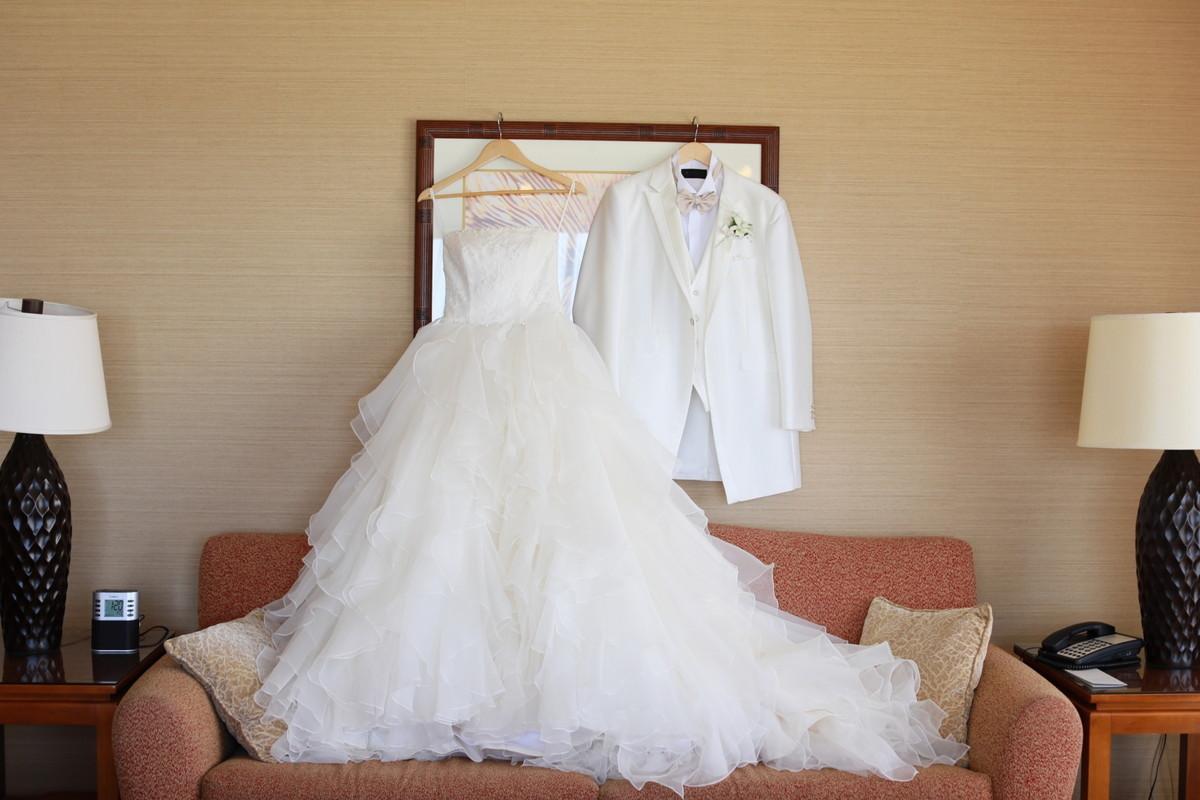 純白のタキシードとウェディングドレス
