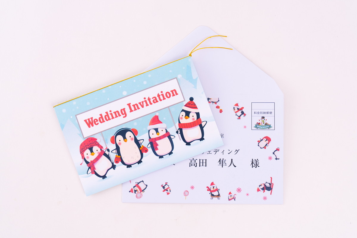 ペンギンの結婚式招待状とデザイン封筒