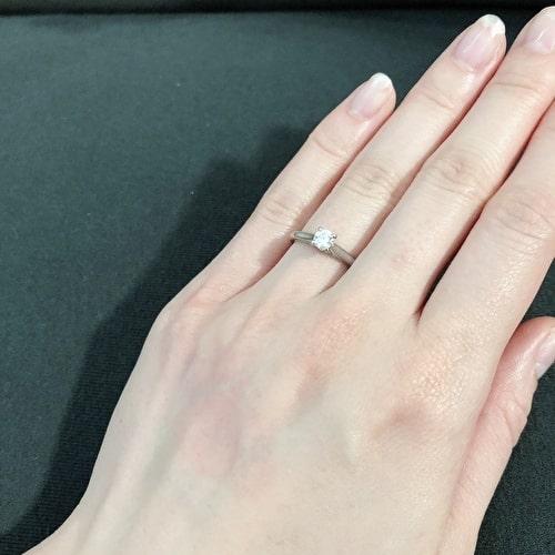 I.Nさんの婚約指輪(手にはめたときの写真)