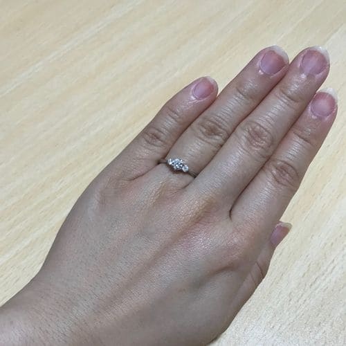 かなさんの婚約指輪を手にはめた写真