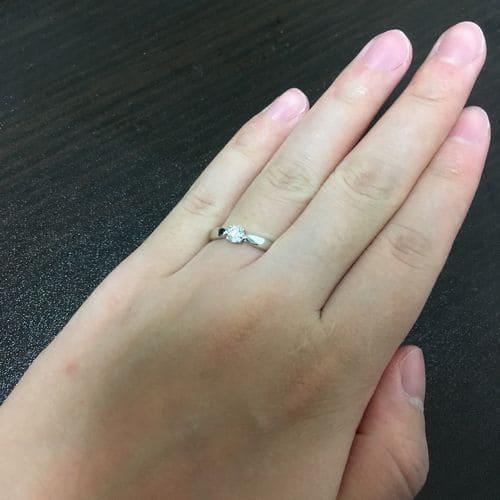 もえぱかさんのティファニー婚約指輪を手にはめた写真