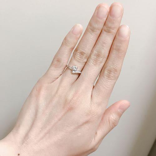 ふくながさんの婚約指輪を手にはめた写真