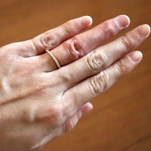 はなさんの婚約指輪を手にはめた写真