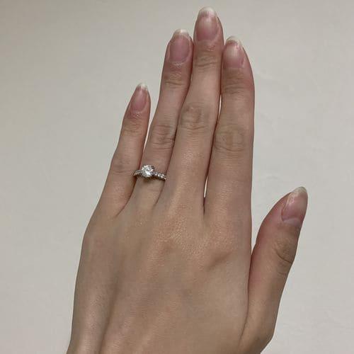 sato28さんの婚約指輪を手にはめた写真