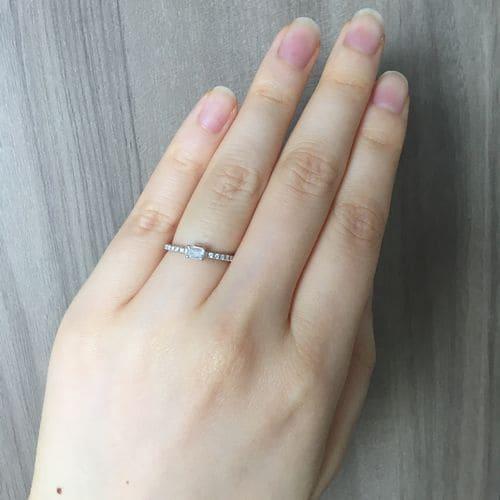 フクコさんの婚約指輪(カルティエ)指につけた写真
