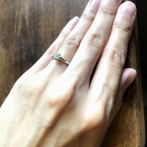 yu-eguさんの婚約指輪(カルティエ)手にはめた写真