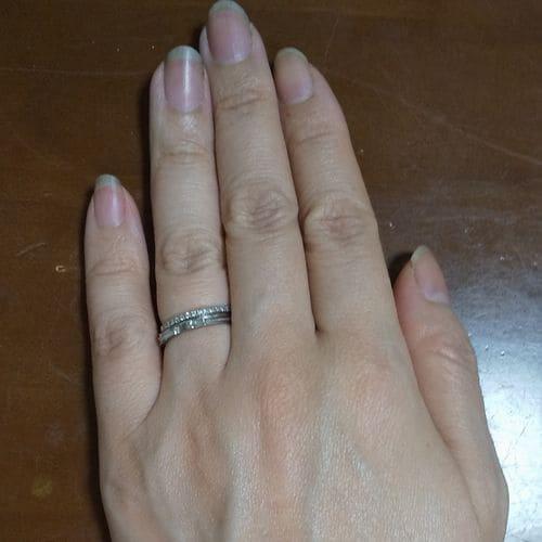 いなようさんの婚約指輪指にはめた写真