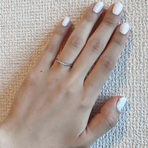 Chikaさんの婚約指輪(ティファニー)手にはめた写真