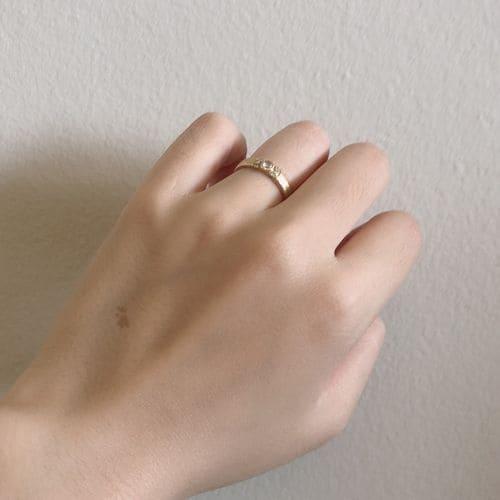 よねこさんの婚約指輪(agete)手にはめた写真