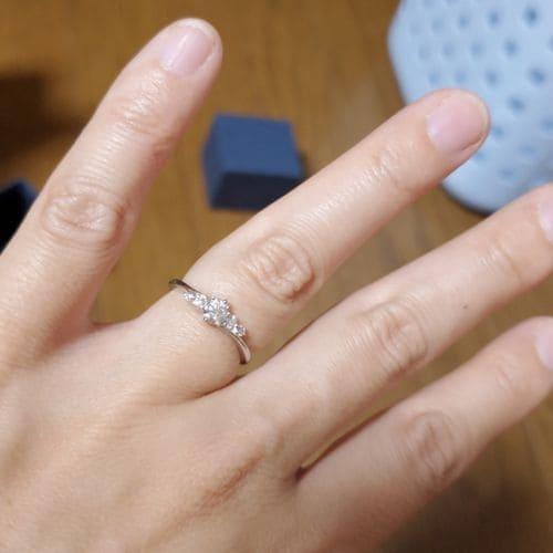 まめ大福さんの婚約指輪指にはめた写真