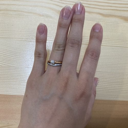 かずきさんの婚約指輪(カルティエ)指にはめた写真