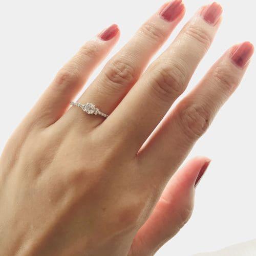 Mari-guruさんの婚約指輪指にはめた写真