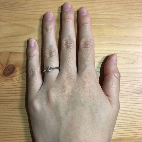 ririkaさんの婚約指輪指にはめた写真