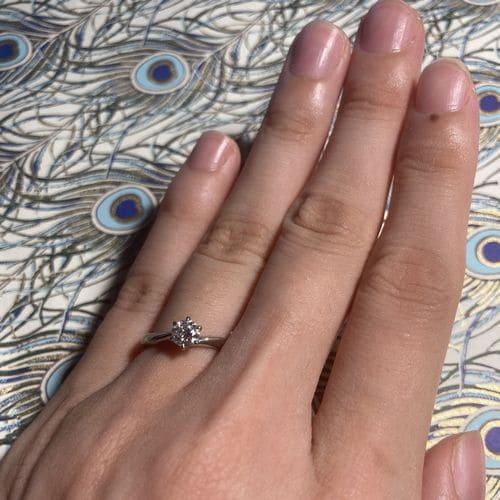 枇杷子さんの婚約指輪(4°C)指にはめた写真