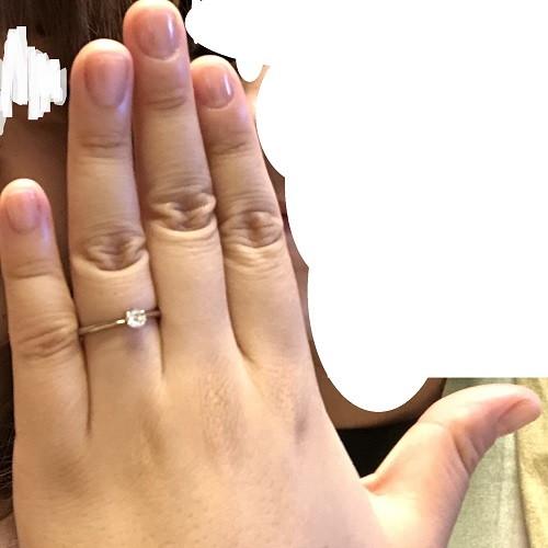 しおはじさん婚約指輪(ビジュピコ)指にはめた写真