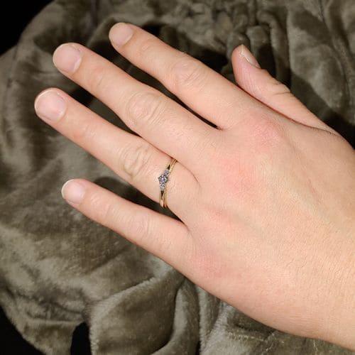 ノエンさんの婚約指輪 (タケウチブライダル)指にはめた写真
