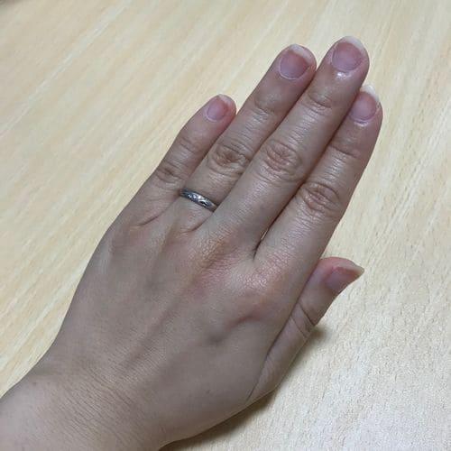 かなさんの結婚指輪(手にはめたときの写真)