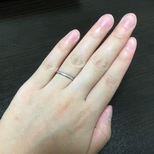 もえぱかさんのカルティエ結婚指輪(手にはめたときの写真)