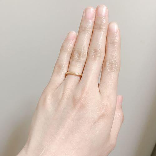 ふくながさんの結婚指輪(手にはめたときの写真)