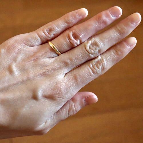 はなさんの結婚指輪(手にはめたときの写真)