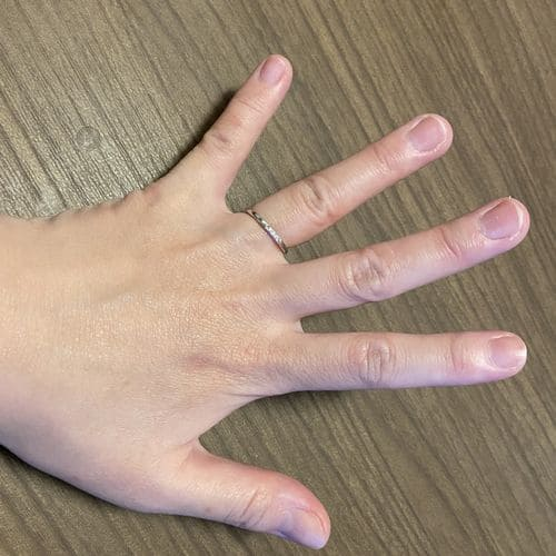 もももかさんの結婚指輪(手にはめたときの写真)