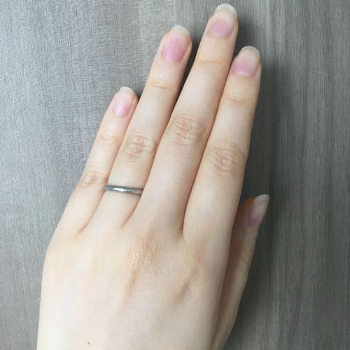 フクコさんの結婚指輪(カルティエ)指にはめた写真