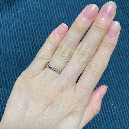 けいさんの結婚指輪LAPAGE(ラパージュ)手にはめた写真