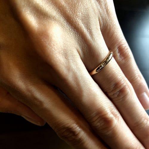 yu-eguさんの結婚指輪(カルティエ)手にはめた写真