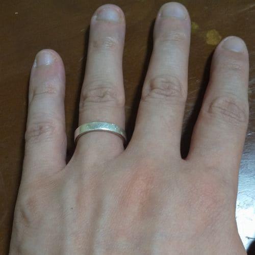 いなようさんの結婚指輪指にはめた写真