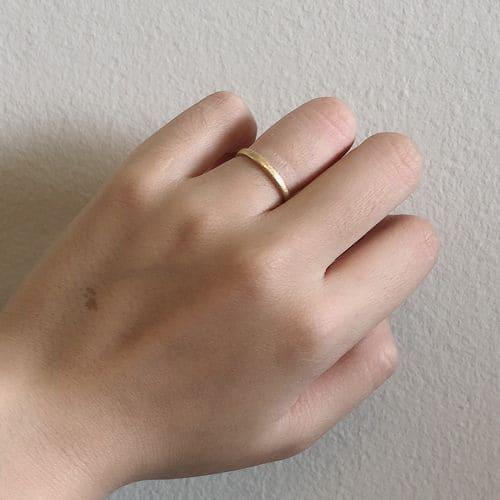 よねこさんの結婚指輪(agete)手にはめた写真